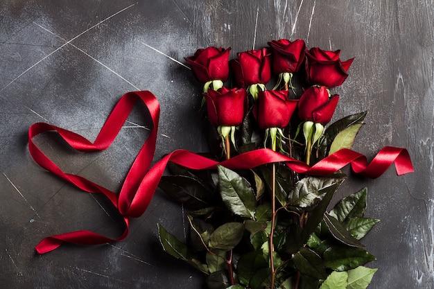 Valentijnsdag womens moeders dag rood steeg met lint hart cadeau verrassing Gratis Foto