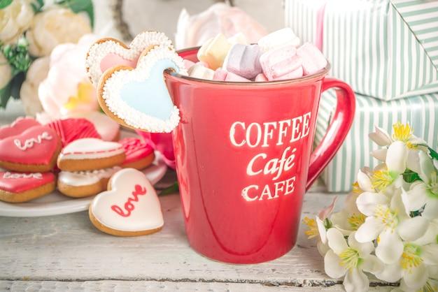 Valentine dag achtergrond met pioenroos bloemen en warme chocolademelk Premium Foto
