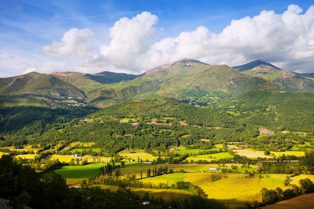 Vallei bij bergen in de zomerdag. huesca Gratis Foto