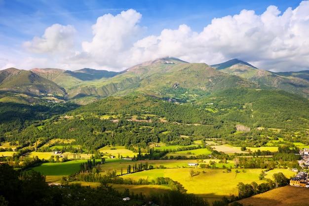 Vallei bij bergen van de pyreneeën Gratis Foto