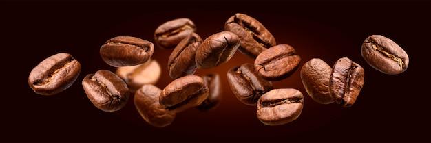 Vallende koffiebonen geïsoleerd op zwarte banner achtergrond Premium Foto