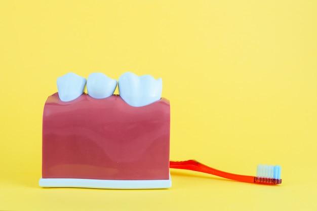 Valse mond op geel met tandenborstel Premium Foto