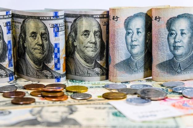 Van aangezicht tot aangezicht van dollar en yuan bankbiljetten Premium Foto