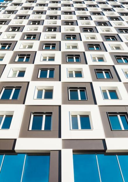 Van beneden geschoten van modern en nieuw flatgebouw. Premium Foto