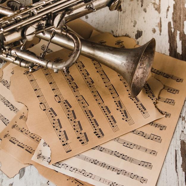 Van boven trompet en saxofoon op bladmuziek Gratis Foto