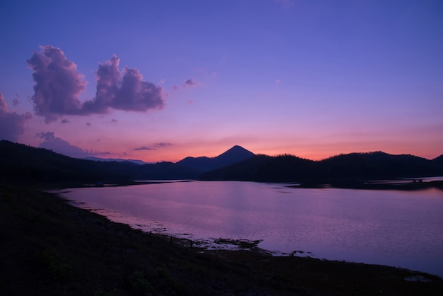 Van de de rivierzonsondergang van de schemeringhemel purpere het landschapsmeer van de kleuren Premium Foto