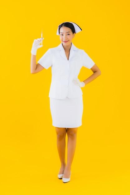 Van de de verpleegstersslijtage van de portret mooie jonge aziatische vrouw thaise verpleegster Gratis Foto