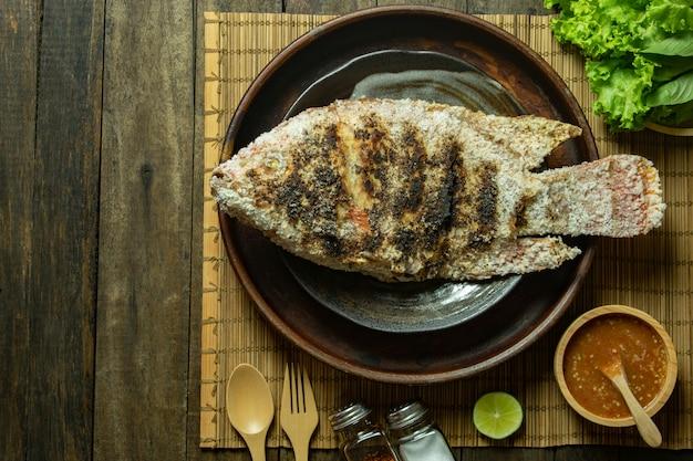 Van grillvissen en zeevruchten sauskalk hoogste mening over houten lijst Premium Foto