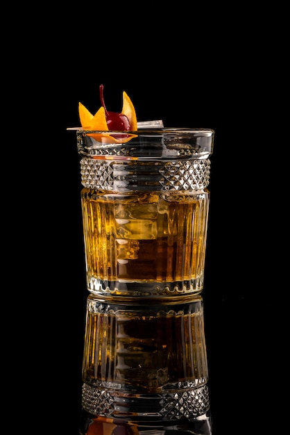 Van het de menurestaurant van de cocktail zwarte achtergrond van de het restaurantbar wodka wiskey tonische sinaasappel burbon Premium Foto