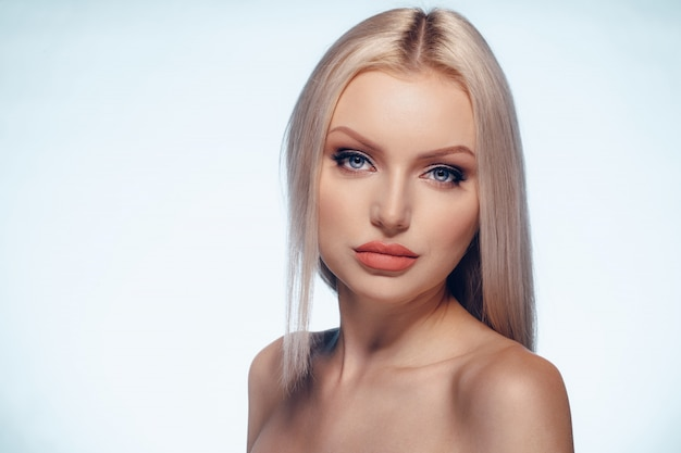 Van het de vrouwengezicht van de schoonheid maakt het natuurlijke omhoog dichte omhooggaand Premium Foto