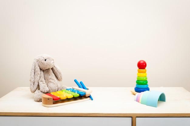 Van kleurrijke kinderspeelgoed tegen de muur speelgoed op houten tafel met copyspace Premium Foto