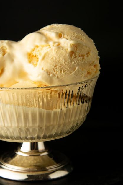 Vanille-ijs scoops in glazen elengant beker Premium Foto