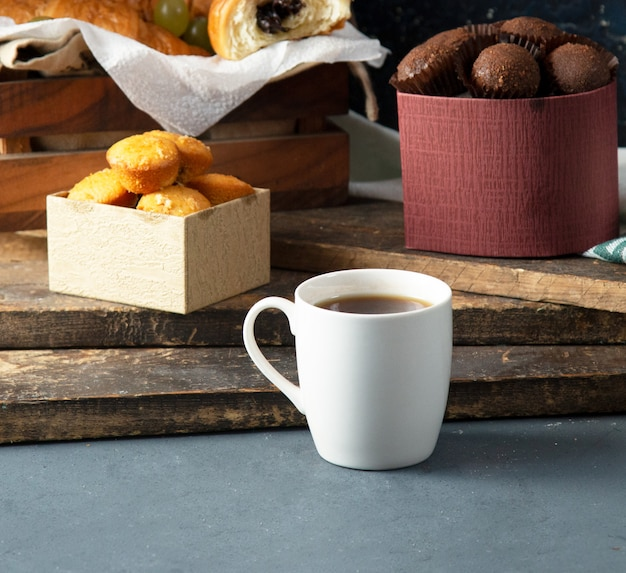 Vanillekoekjes en pralines met een kopje thee Gratis Foto