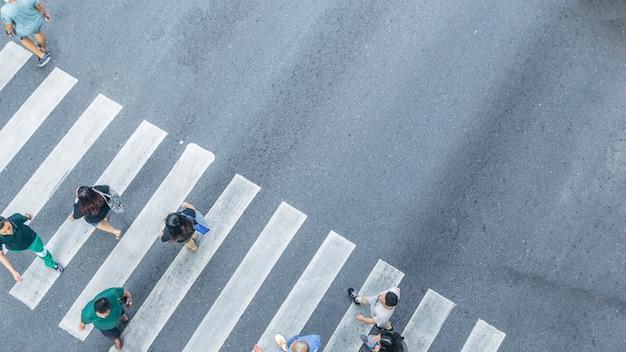 Vanuit het bovenaanzicht van mensen lopen op straat voetgangers kruispunt in de stad straat Premium Foto