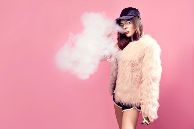 Vapen vrouw op roze Premium Foto