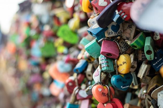 Vareity van vergrendelde sleutel bij n seoul-toren op de namsan-berg waarvan mensen denken dat ze voor altijd de liefde zullen hebben als ze de naam van het paar erop schrijven Premium Foto