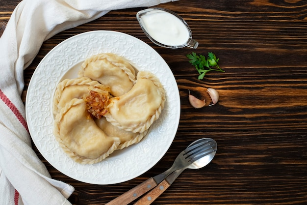 Vareniki-dumplings met zure room Premium Foto