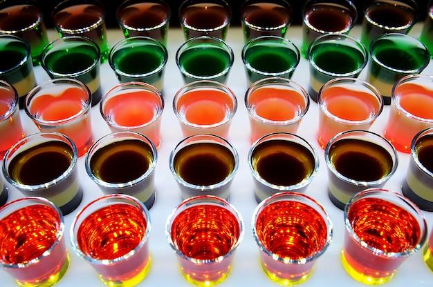 Variatie van harde alcoholische shots geserveerd op toog. Premium Foto