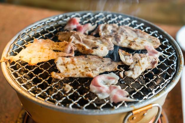 Varkensvlees op houtskoolgrill Gratis Foto