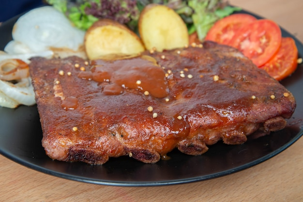 Varkensvlees rib grill met barbecuesaus op de plaat Premium Foto