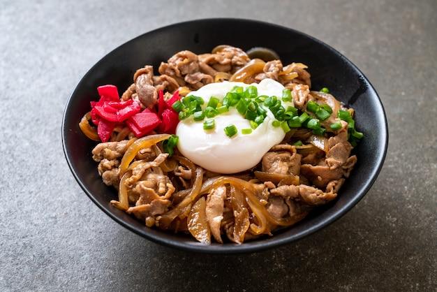 Varkensvlees rijstkom met ei (donburi) - japans eten Premium Foto