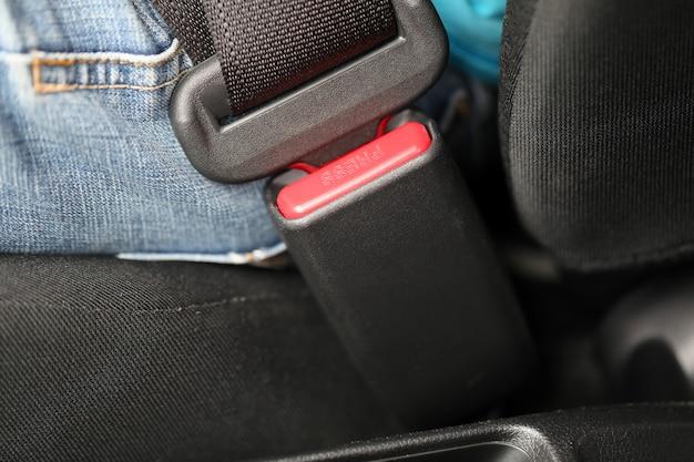 Vastmaken van de veiligheidsgordels. Premium Foto