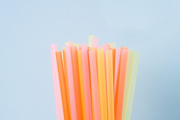 Vat een kleurrijk plastic rietje samen dat wordt gebruikt voor drinkwater of frisdranken. selectieve aandacht. copyspace Premium Foto