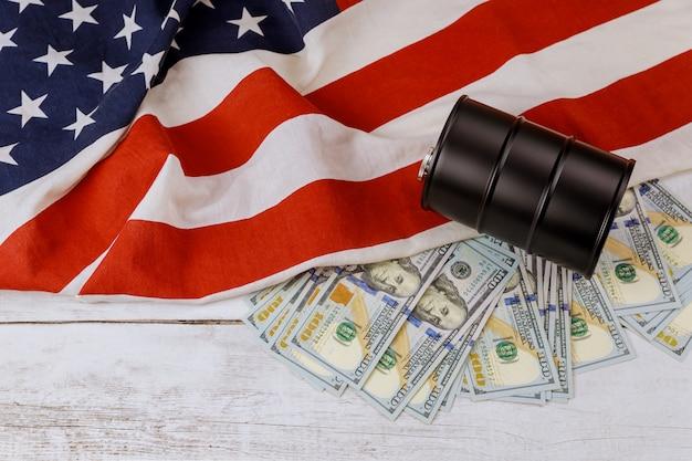 Vat olie en honderd dollar bankbiljettenprijzen op een amerikaanse vlagachtergrond Premium Foto