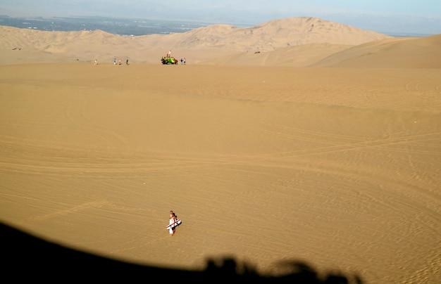 Veel bezoekers genieten van de buitenactiviteiten op huacachina desert, peru Premium Foto