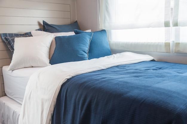 Licht Blauwe Slaapkamer : Veel blauwe en witte slaapkamer met warm licht van venster foto