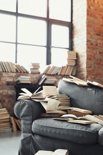 Veel boeken liggen op de bank. niemand Gratis Foto
