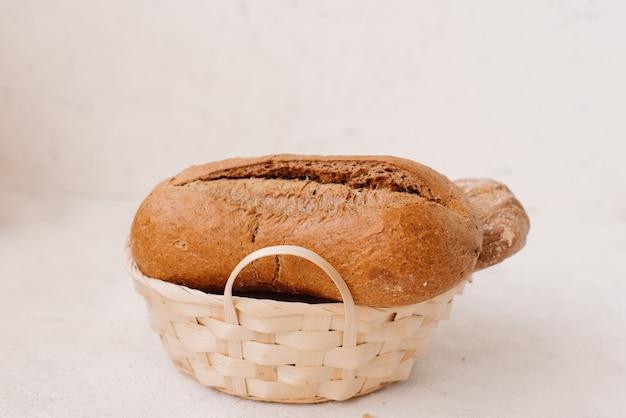 Veel gemengde broden en broodjes schoten van bovenaf. Premium Foto