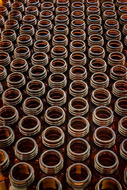 Veel glazen potten voor lege geneesmiddelen op een rij Premium Foto