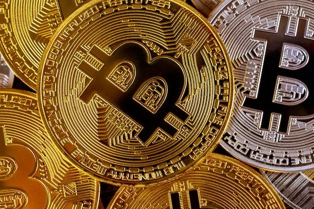 Veel gouden bitcoins. cryptocurrency en virtueel geldconcept Premium Foto