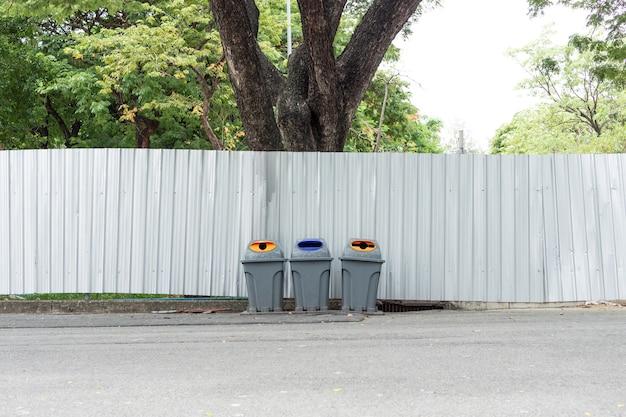 Veel grote wielbakken voor afval, recycling en tuinafval Premium Foto