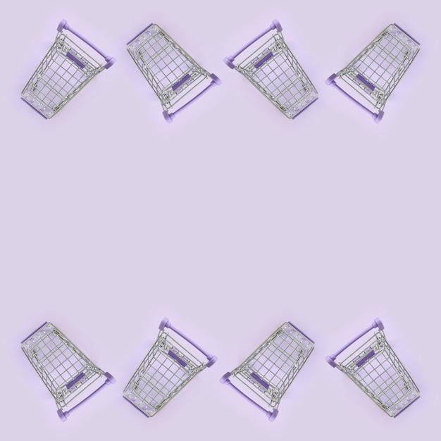 Veel kleine winkelwagentjes op violet Premium Foto