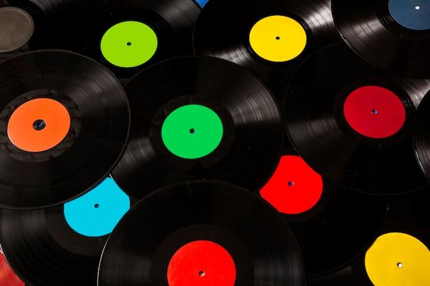 Veel kleurrijke en zwarte vinylplaten Gratis Foto