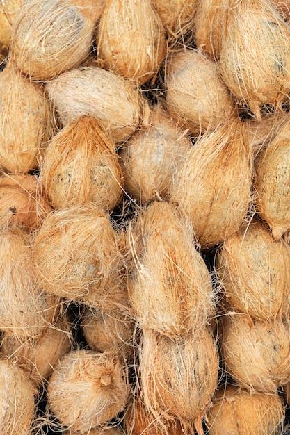 Veel oude bruine kokosnoten op een stapel Gratis Foto