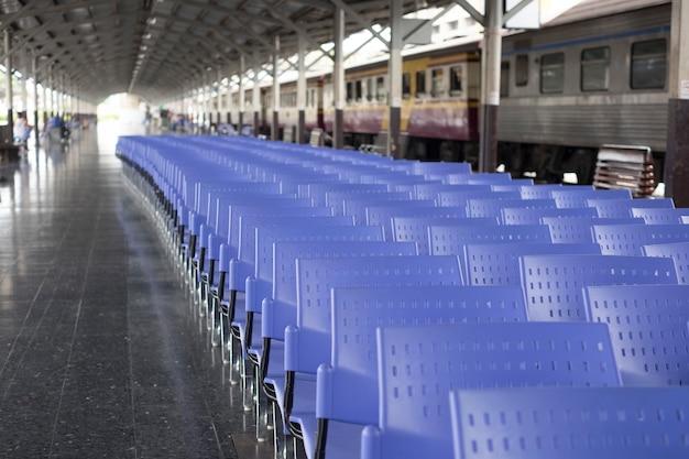Veel paarse stoel in treinstation Gratis Foto