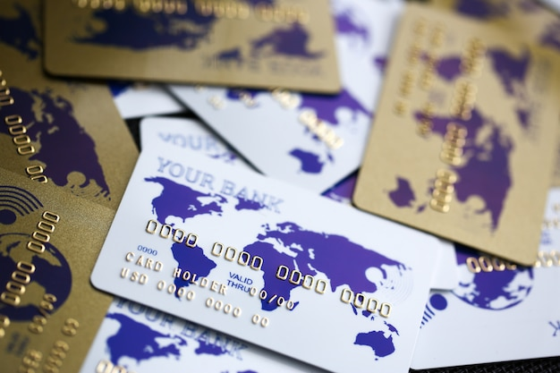 Veel plastic kaarten liggen op tafelwit Premium Foto