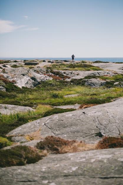 Veel rotsformaties op het schiereiland in de buurt van de oceaan overdag Gratis Foto