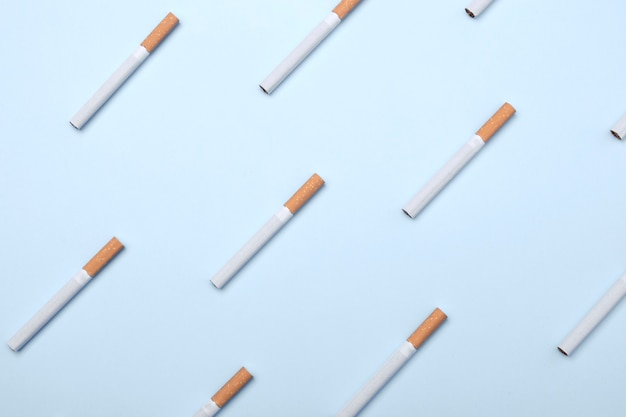 Veel sigaretten op blauw Premium Foto