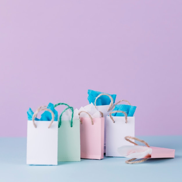 Veel veelkleurige winkelen papieren zakken voor roze achtergrond Gratis Foto