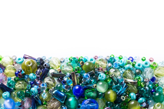 Veel verschillende glasparels, rocailles op witte achtergrond Premium Foto