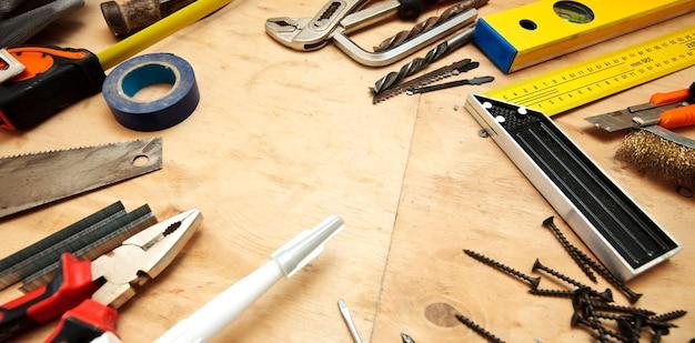 Veel verschillende tools op de houten vuile tafel Premium Foto