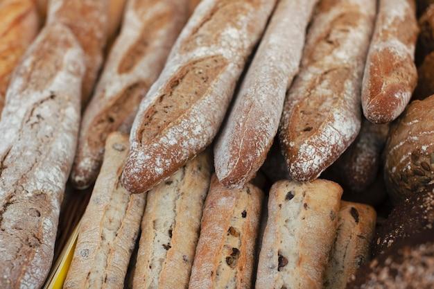 Veel verse baguettes in de bakkerij Gratis Foto