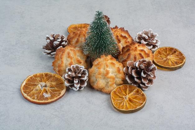 Veel verse heerlijke koekjes met kleine dennenappels en gedroogde sinaasappels. Gratis Foto