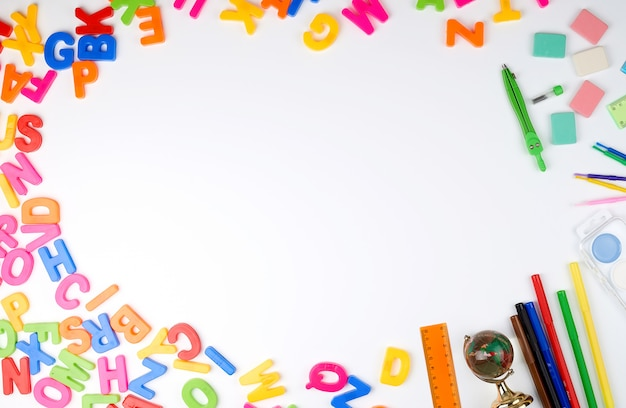 Veelkleurige alfabetletters en schoolbenodigdheden Premium Foto