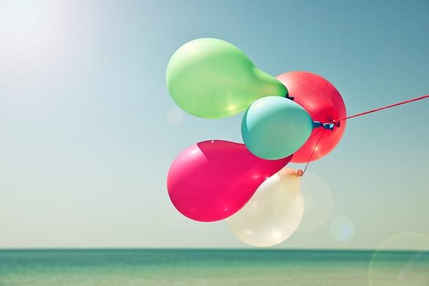 Veelkleurige ballonnen tegen de hemel Premium Foto