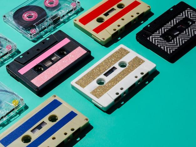 Veelkleurige cassettebandjes collectie in de schijnwerpers Gratis Foto